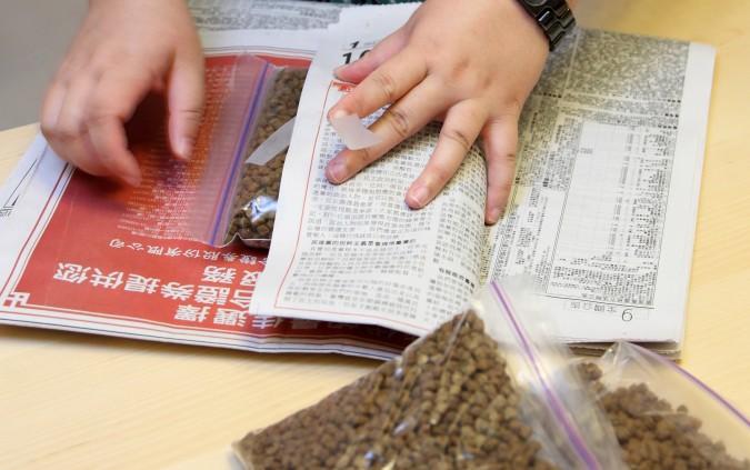 保存飼料三招-報紙隔濕法