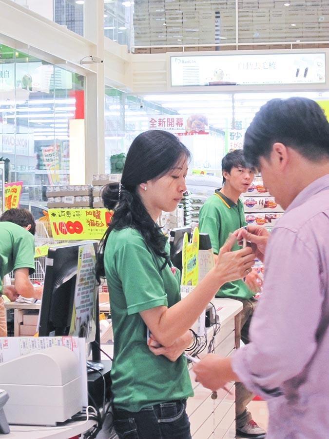 店員應主動詢問客人的需求並親切回應