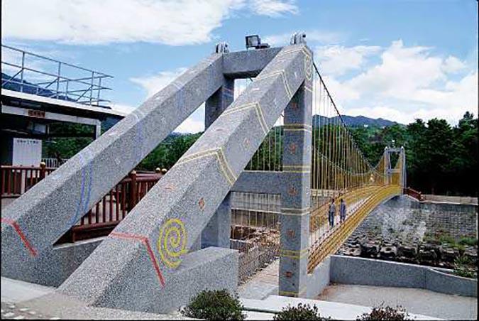 親水公園旁邊的親水吊橋,可以讓毛小孩一起在上面走,體會刺激的感覺!