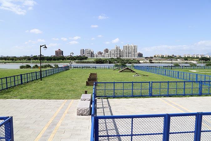綠寶石公園內的遊樂設施,外圍也有用藍色圍欄圍起。