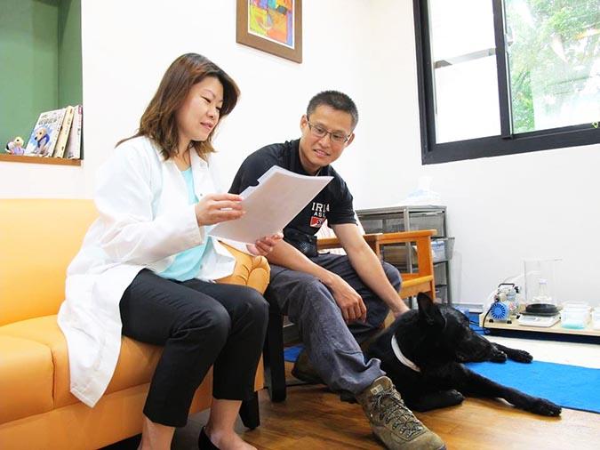 蔡宜倫老師向搜救隊員進行捐血說明,捐血犬lion屏